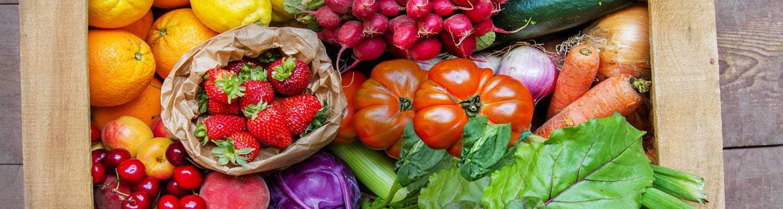 Detalle de una caja llena de verduras y frutas de agricultura ecológica