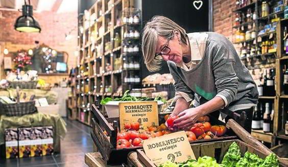 L'Olga col·locant tomàquets i verdura ecològica a I Love Food
